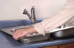 Сантехник в Череповце. Услуги сантехника – установка раковины на кухне. город Череповец